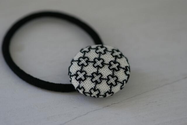 北欧風★刺繍のくるみボタンヘアゴム★クロス1
