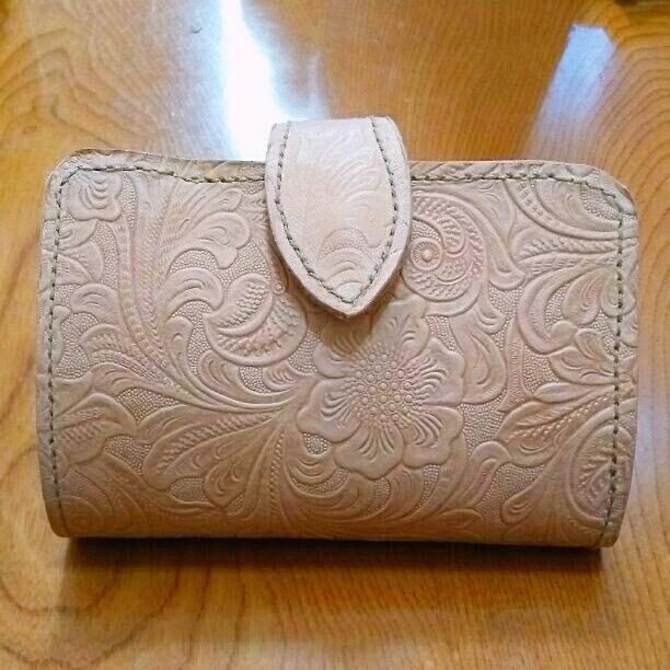 ヌメ革 花型柄二つ折り財布 送料無料