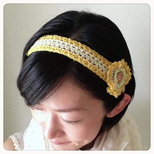 お花付き手編みのヘアバンド(からし色)