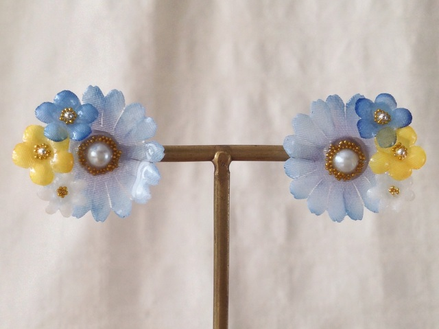 染め花を樹脂加工したデイジーと勿忘草ピアス(ブルー)