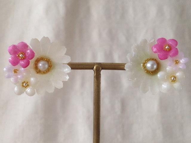 染め花を樹脂加工したデイジーと勿忘草ピアス(ホワイト&ピンク)