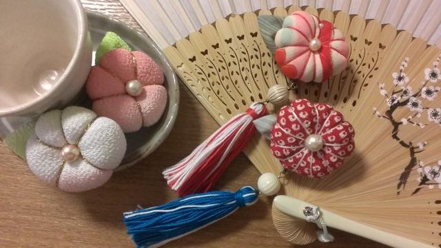 和菓子風お花のブローチ(房付き)