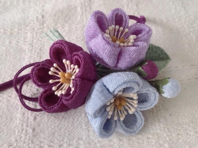 〈つまみ細工〉梅三輪とベルベットリボンの髪飾り(藤色&若紫&水色)