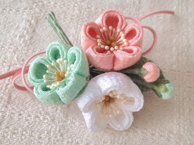 〈つまみ細工〉梅三輪とベルベットリボンの髪飾り(白緑&サーモンピンク&白)