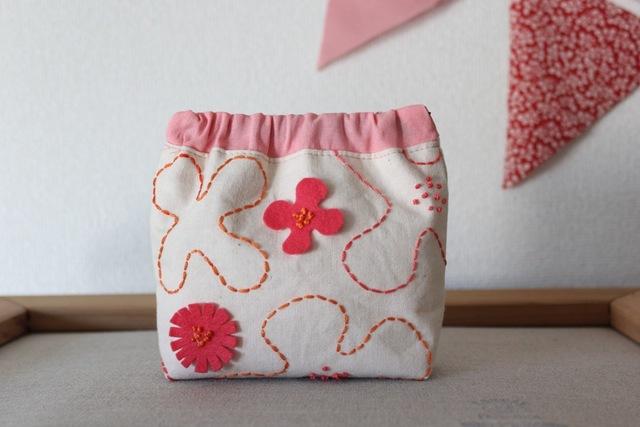 全面刺繍のピンクのお花のバネ口ポーチ
