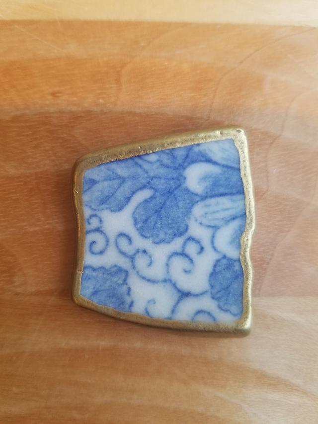 シー陶器の和柄ブローチ