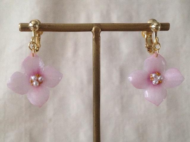染め花を樹脂加工した紫陽花のぶら下がりイヤリング( S・ピンク)