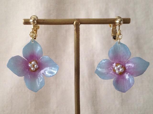 染め花を樹脂加工した紫陽花のぶら下がりイヤリング( L・水色&紫)