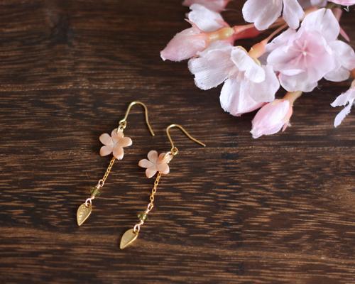 【さくら、咲く】 ピンクシェルの桜とスワロとメタルリーフのピアス/p406