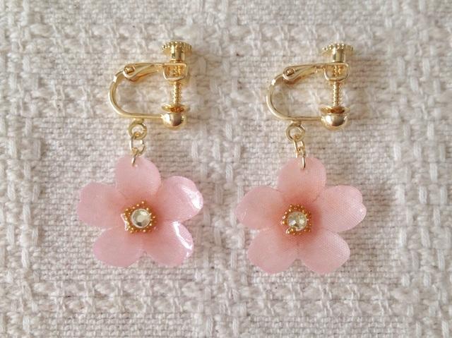 染め花を樹脂加工した桜のぶら下がりイヤリング(ピンク)