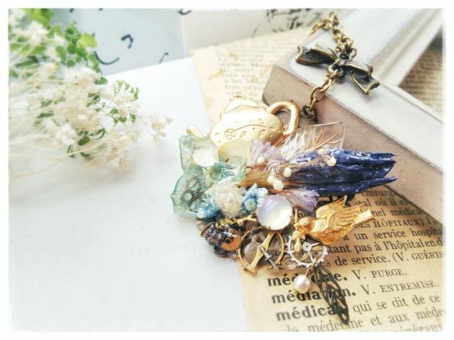 花々と金色小鳩のネックレス