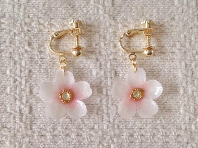 染め花を樹脂加工した桜のぶら下がりイヤリング(ホワイト&ピンク)