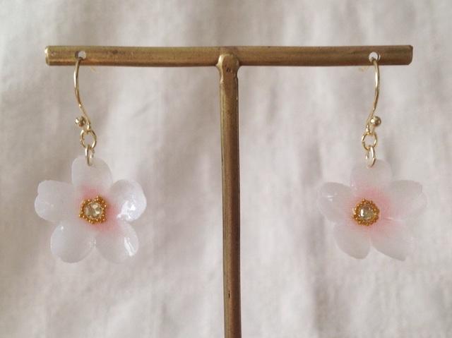 染め花を樹脂加工した桜のぶら下がりピアス(ホワイト&ピンク)