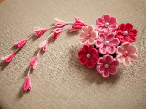 つまみ細工 ピンクのヘアピンブローチ
