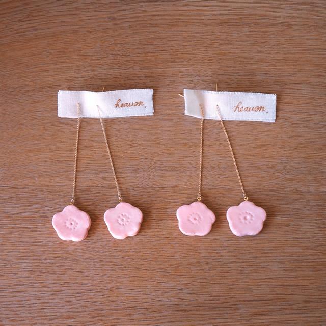桃色のお花の揺れるピアス(つやあり) ★イヤリングへの変更ができます。