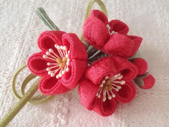 〈つまみ細工〉梅三輪とベルベットリボンの髪飾り(サンゴ)