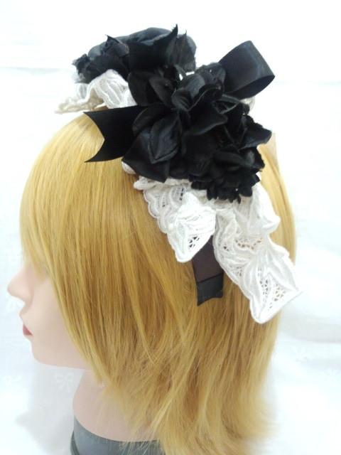白いレースと黒いお花のカチューシャ