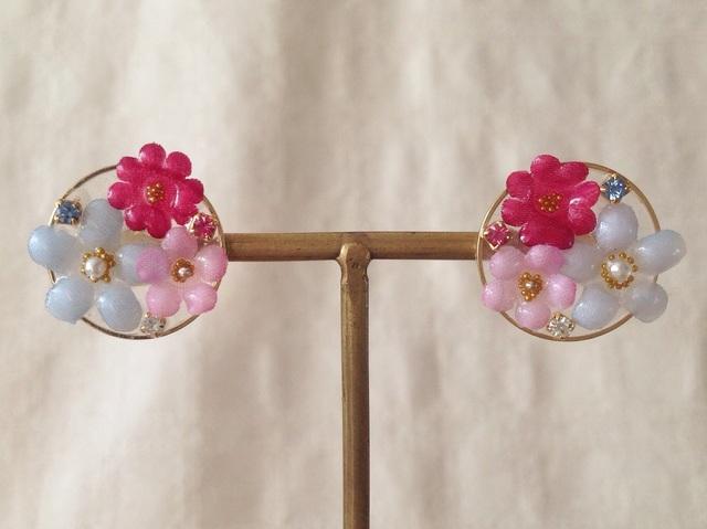 染め花を樹脂加工した小花のピアス(円・薄青紫&ピンク&ショッキングピンク)