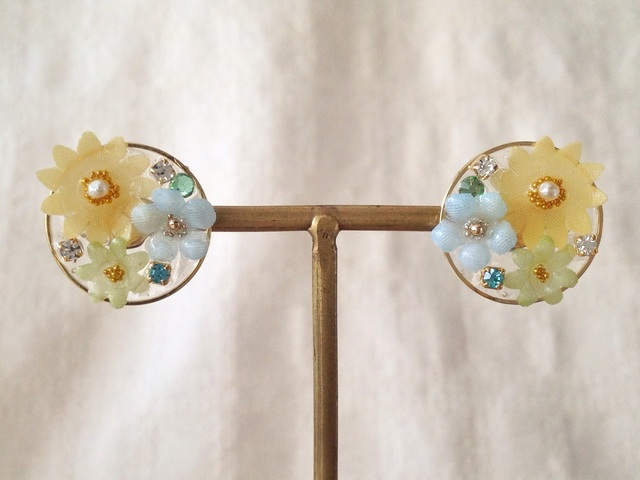 染め花を樹脂加工した小花のピアス(円・オレンジ&水色&黄緑)