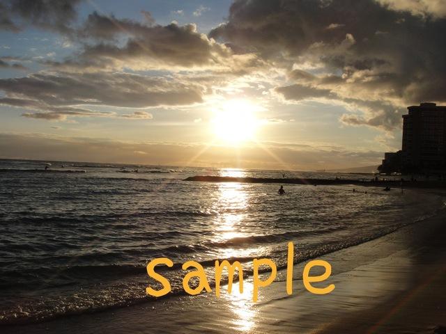ワイキキビーチで光り輝く夕日