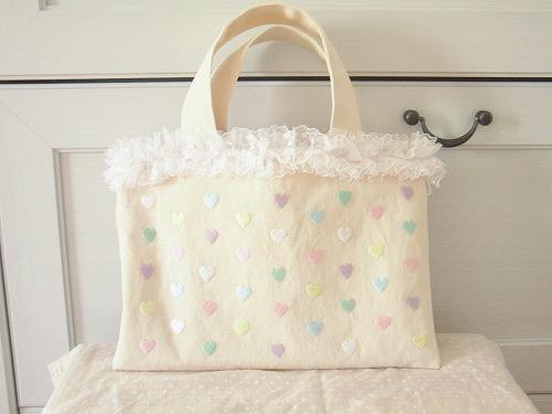 カラフルハートの刺繍トートバッグ
