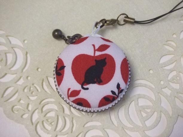 リンゴ&猫/赤/マカロンコインケース4cm(マカロンポーチ)ストラップ付