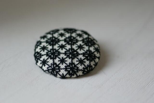 北欧風★刺繍のくるみボタンブローチ★雪3