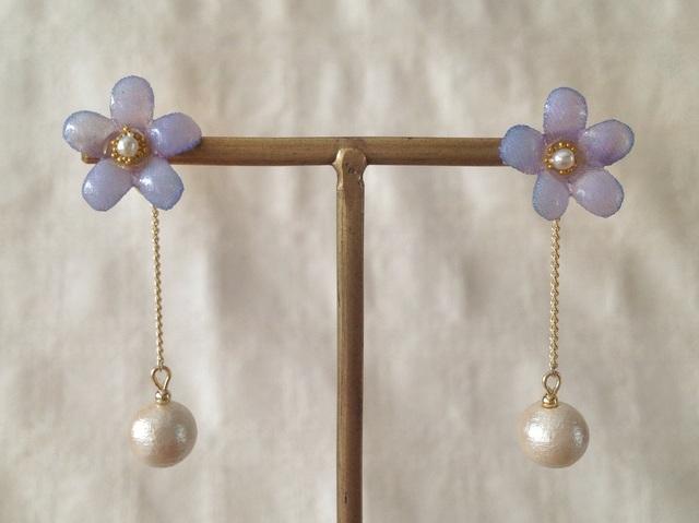 コットンパール付き染め花を樹脂加工した小花ピアス(紫)