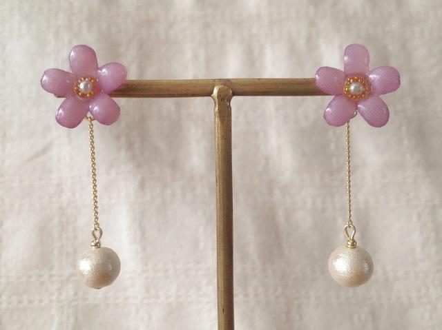 コットンパール付き染め花を樹脂加工した小花ピアス(ピンクパープル)
