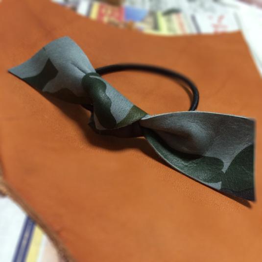 カモフラ 本革 レザー りぼん ヘアゴム 迷彩