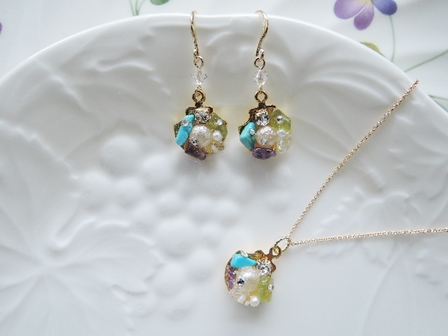 ☆真珠貝宝石箱チャーム☆16KGPフックピアスはsold out☆ ネックレスのみ販売可能です。(647)