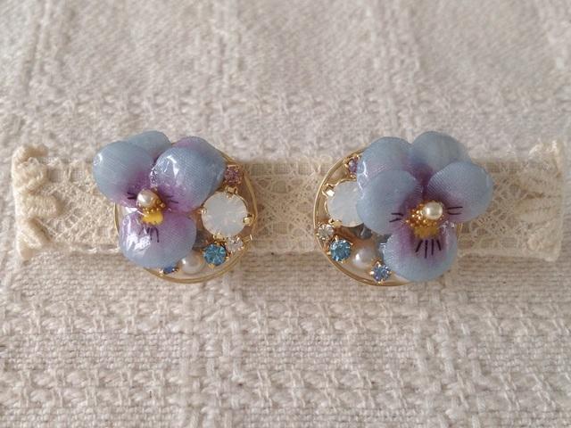 ビジューと染め花を樹脂加工したビオライヤリング(青紫&紫)