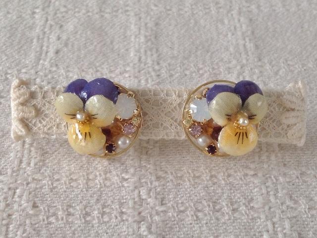 ビジューと染め花を樹脂加工したビオライヤリング(紫&黄色)