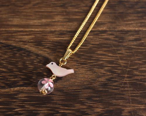 【さくら、咲く】 桜クリスタルとピンクシェルの小鳥ネックレス/n222
