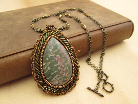 ビーズ刺繍の天然石ペンダント 003