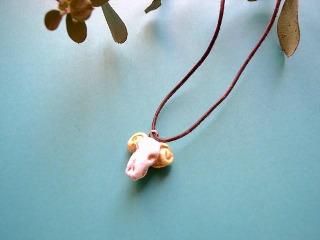 ガイコツ羊の革紐ネックレス