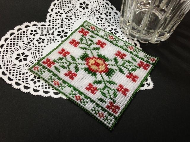 ビーズ織りのコースター(赤い花)