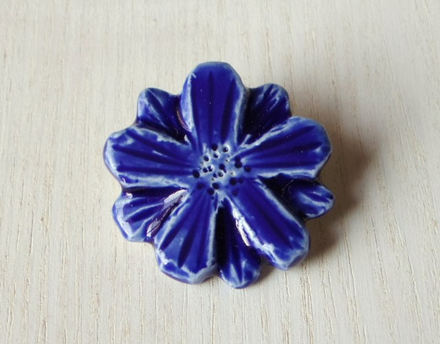 陶ブローチ-瑠璃色の花