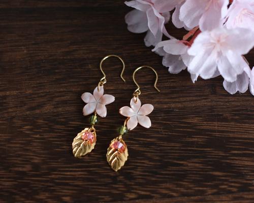 【さくら、咲く】 ピンクシェルの桜とメタルリーフのピアスA/p414