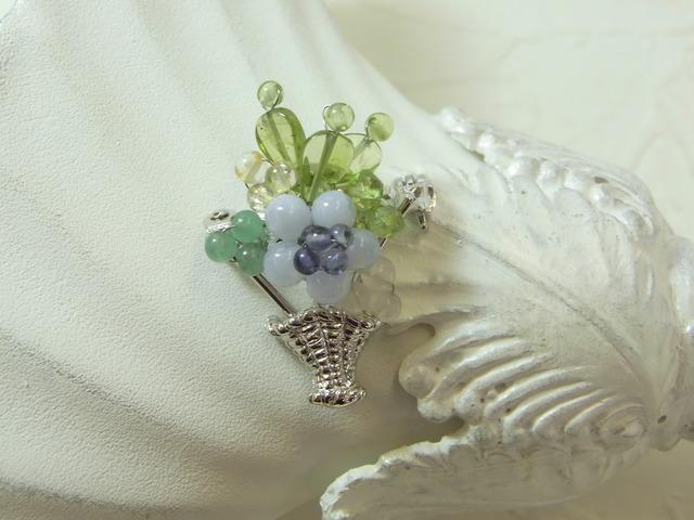 胸元に花かごブローチ