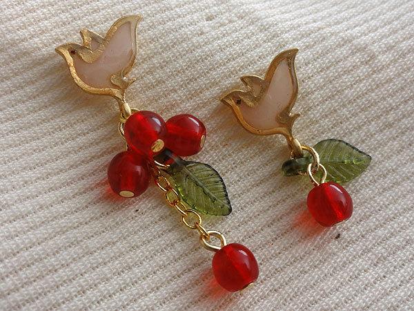 赤い木の実を運ぶ鳥ピアス【Silver925】