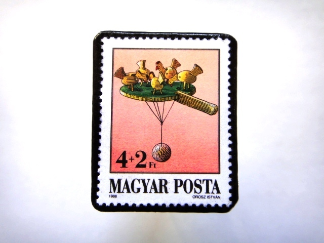 ハンガリー1988年「おもちゃ」切手ブローチ811
