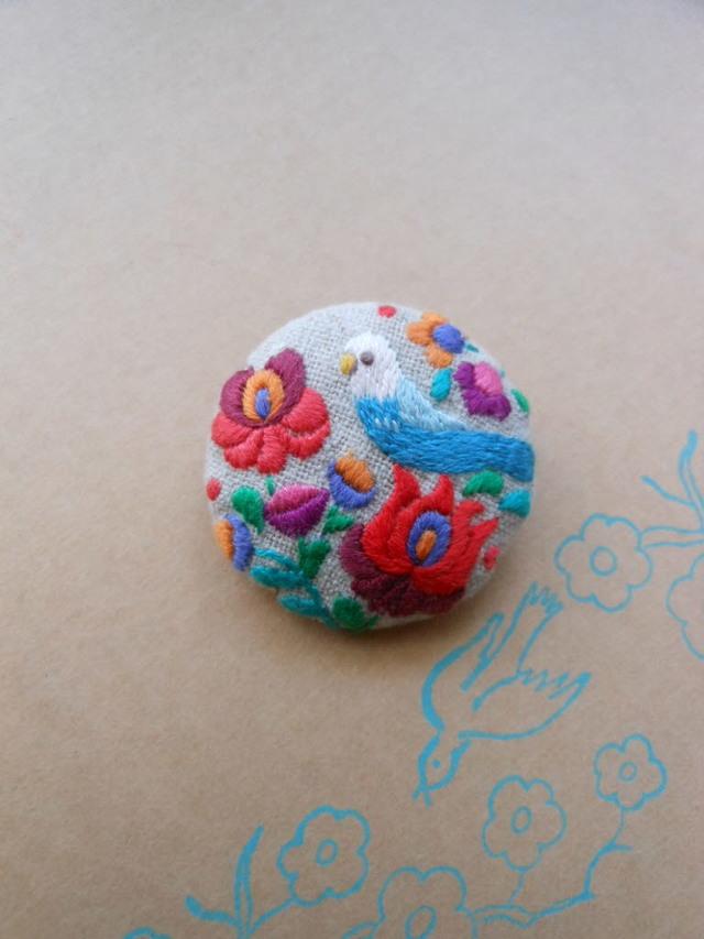 青インコのブローチ