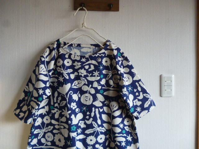 北欧調綿麻の肩落ちチュニック森の切り絵画風紺