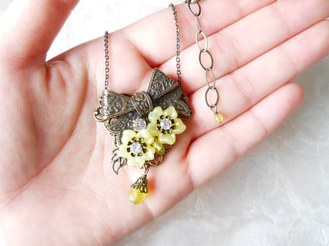 【ぶらん】クラシカルリボンと黄色いお花のネックレス