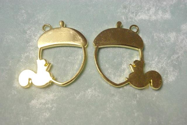 2個入りゴールドのどんぐりリスのレジン枠 M86