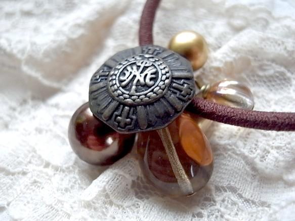十字架の細かいモールドが美しいボタンのヘアゴム