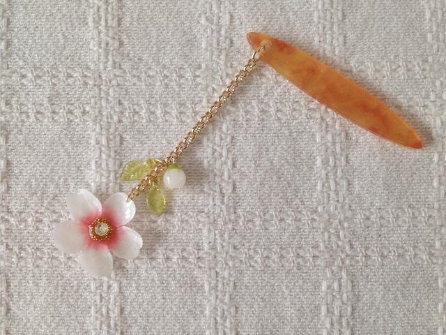 染め花を樹脂加工した桜の帯飾り(ホワイト&ピンク)