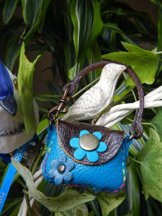 レザー小さな小さなハンドバッグ の500円玉いれ ブルーのお花