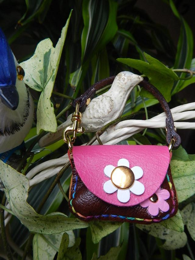 レザー小さな小さなハンドバッグ の500円玉いれ ピンクのふた 白のお花